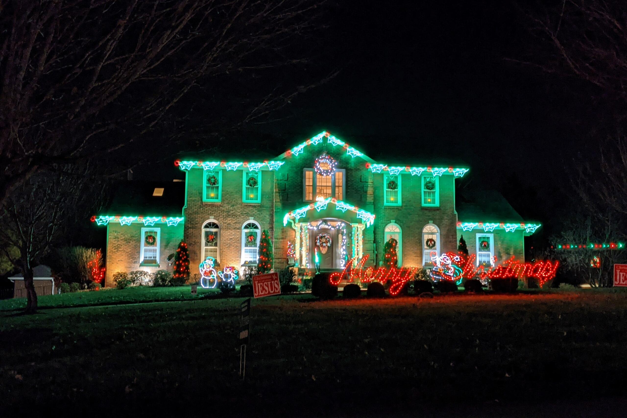 Christmas lights at 417 Savannah Trace. (Jariel Jimenez, Clarksville Now)
