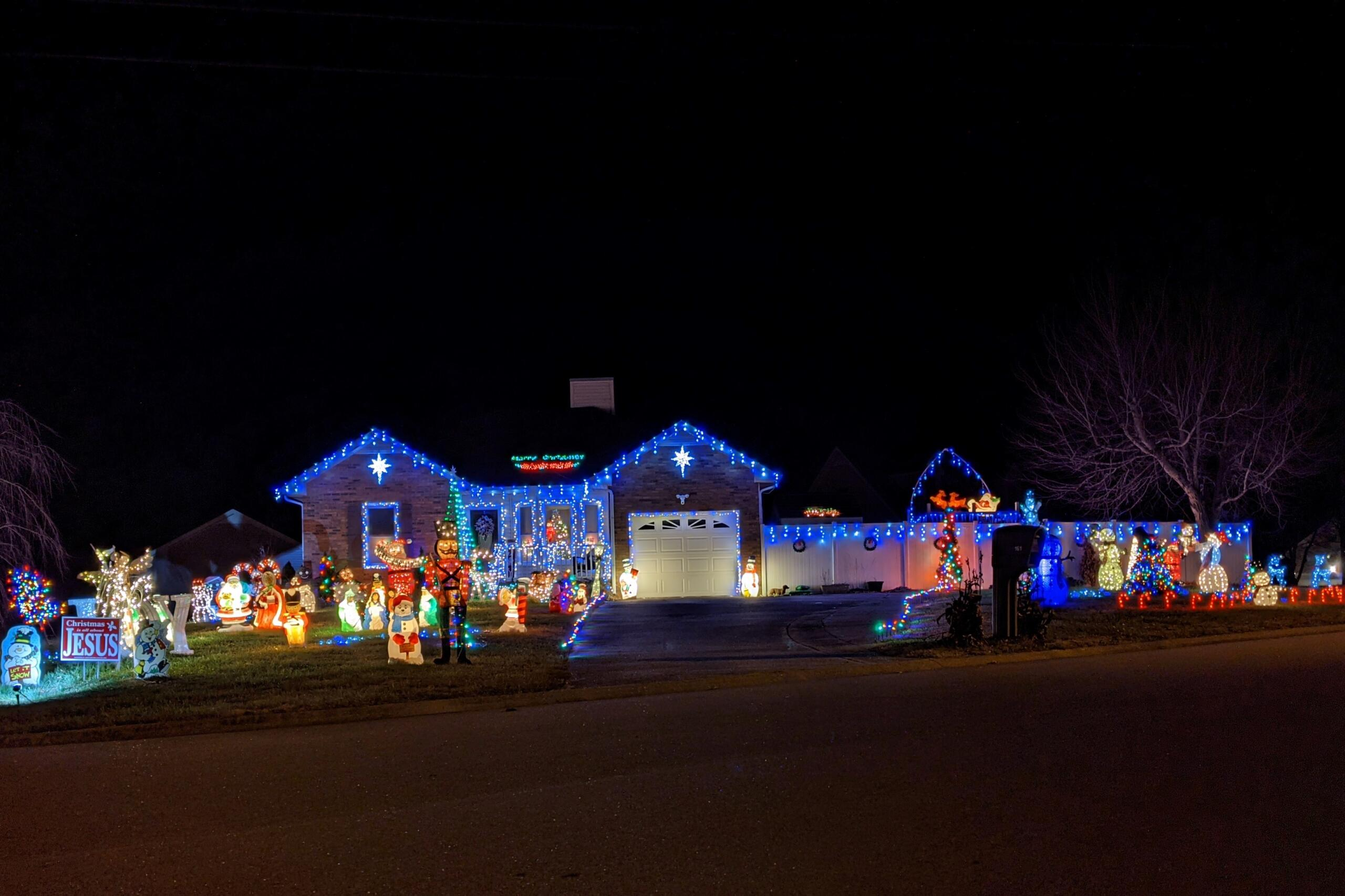 Christmas lights at 161 Brad Court. (Jariel Jimenez, Clarksville Now)
